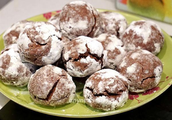 Оригинальное шоколадное печенье с трещинками