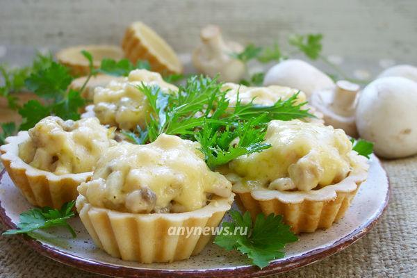 Горячие тарталетки с курицей и грибами
