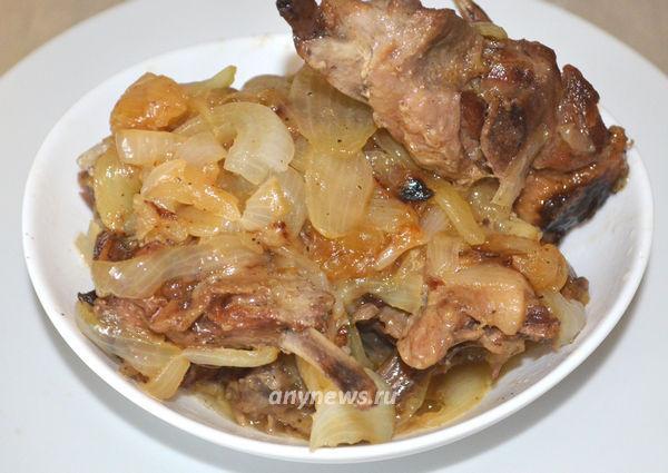 Утка с луком на сковороде