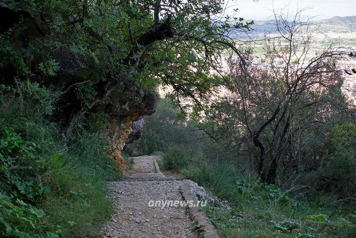 К замку есть несколько дорог ...