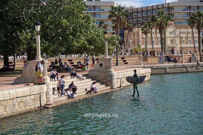 Памятник на набережной Аликанте