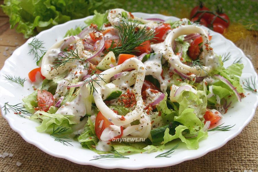 Салат с кальмаром, помидорами и свежим огурцом - рецепт