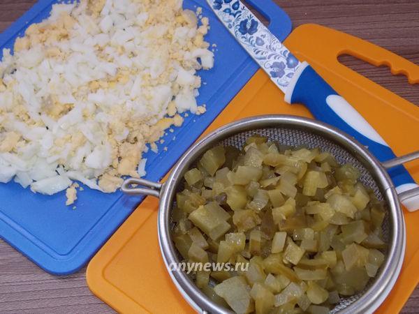 Салат Оливье с вареной колбасой и солеными огурцами