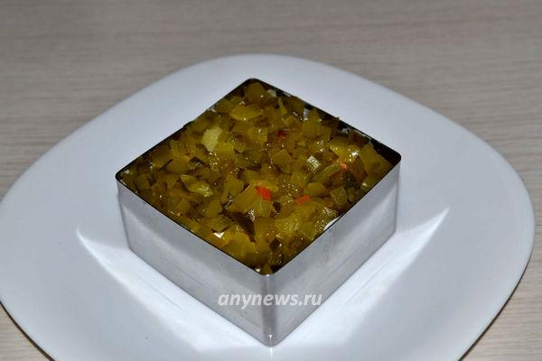 """Салат """"Зимний"""" с говядиной и маринованным огурцом"""