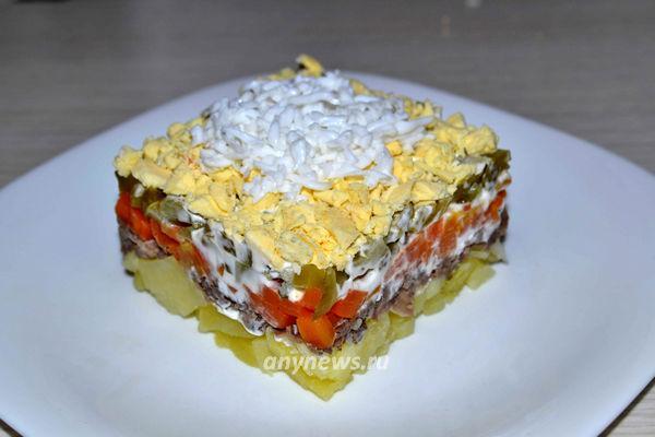 мясной салат с маринованным огурцом