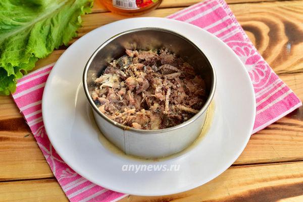 Салат Мимоза с рыбными консервами и сыром