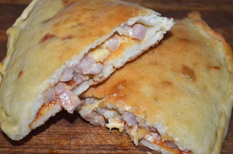 Пицца кальцоне с ветчиной и сыром - рецепт