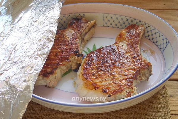 Стейк из свинины на косточке