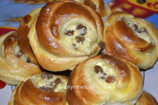 Дрожжевые булочки с творогом и изюмом