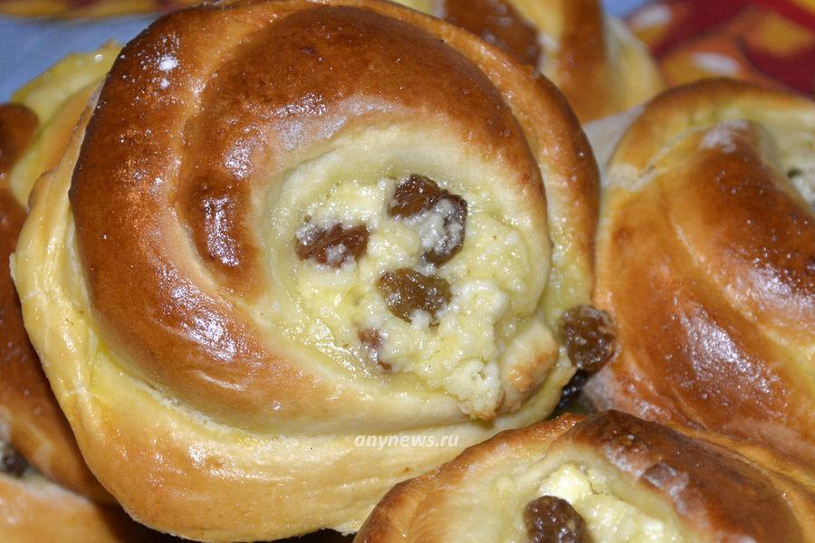 Дрожжевые булочки с творогом и изюмом - рецепт
