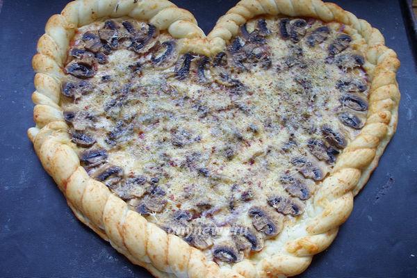 """Пицца """"Сердце"""" с грибами и сыром"""
