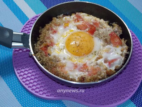 Яичница с фаршем и помидорами