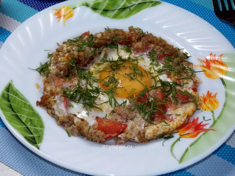 Яичница с фаршем и помидорами - рецепт
