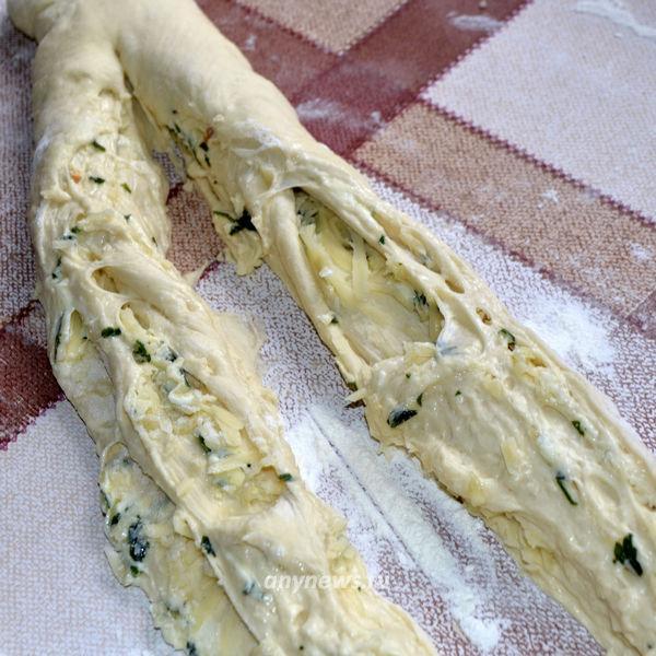 Белый хлеб с чесноком и сыром в духовке