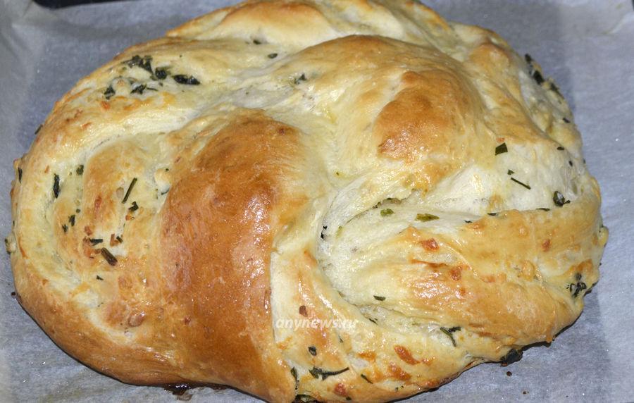 Белый хлеб с чесноком и сыром - рецепт