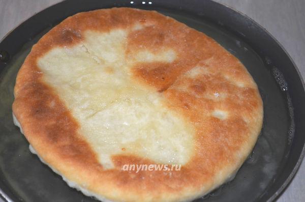 Дрожжевые лепешки с сыром жареные на сковороде