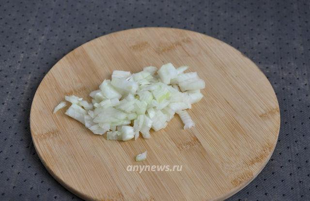 Ленивые вареники с картофелем - режем лук
