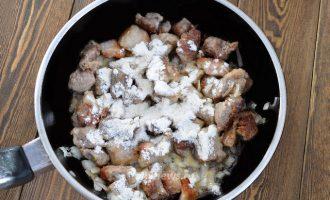 Гуляш из свинины с подливкой из томатной пасты и муки