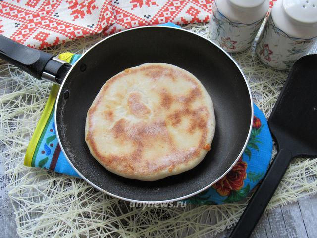 Жарим хачапури с сыром на кефире на сковороде