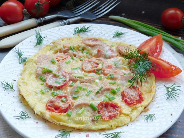 Омлет с сосисками и помидорами на сковороде