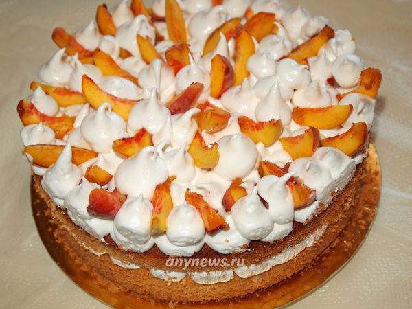 Бисквитный торт с кремом и персиками - рецепт