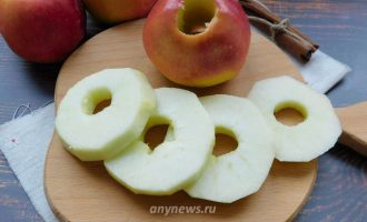 Яблоки жареные в кляре на сковороде
