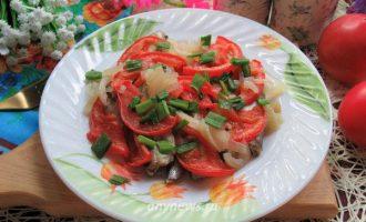 Мойва в духовке на луковой подушке с помидорами