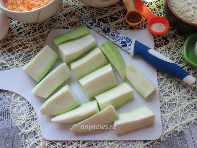 кабачке в панировке с сыром - нарезаем кабачки