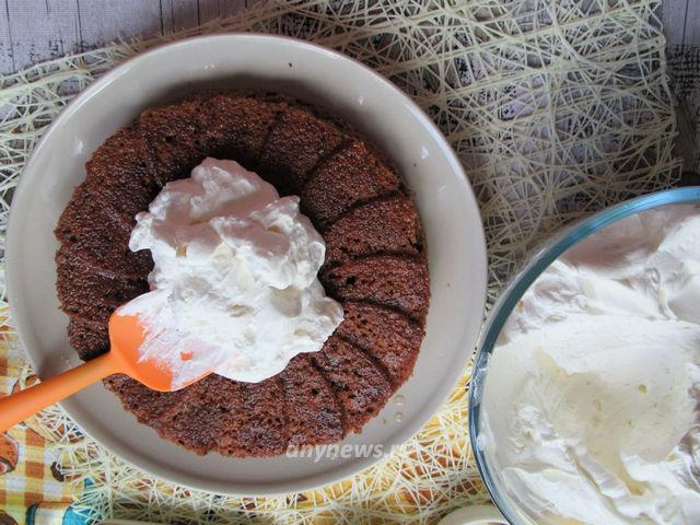 Бисквитный торт с взбитыми сливками - смазываем кремом коржи