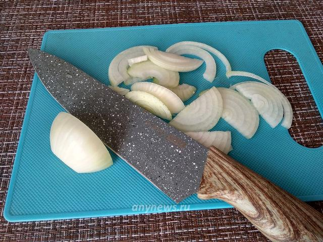 баклажан с куриным филе - очистить лук