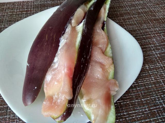 Курица с баклажанами в духовке - выложить филе