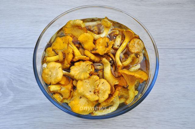 Жареные лисички с баклажанами - моем грибы