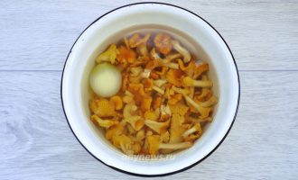 Жареные лисички с баклажанами на сковороде