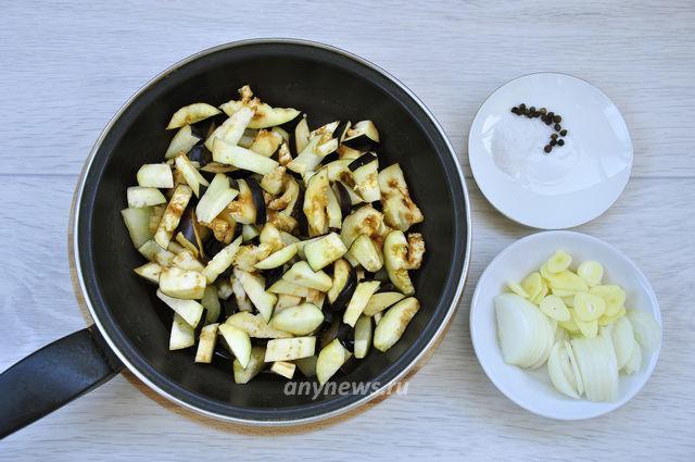 Жареные лисички с баклажанами - обжариваем овощи