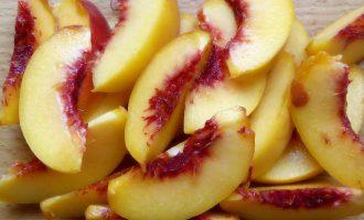 Творожный пирог с персиками в духовке