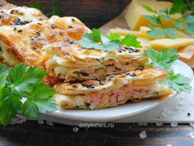 Жареный лаваш с колбасой и сыром в яйце