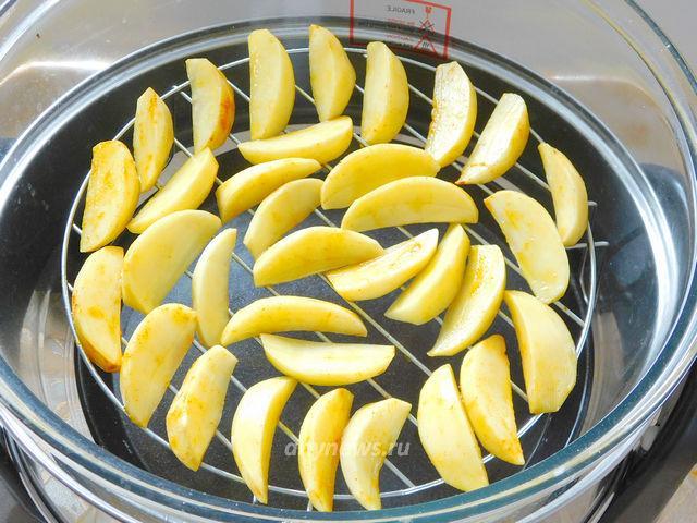 Картошка фри в аэрогриле - выкладываем картофель на решетку