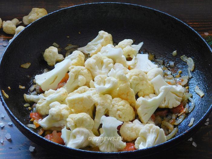 Омлет с цветной капустой на сковороде