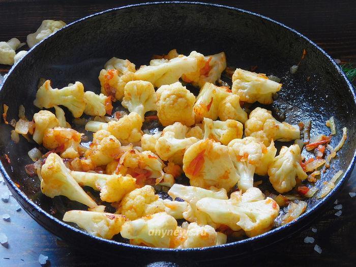 Омлет с цветной капустой - обжариваем капусту