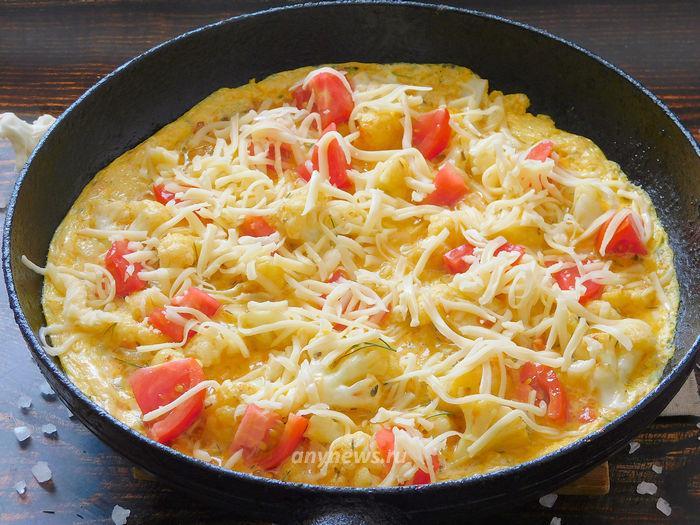 Добавляем в омлет сыр
