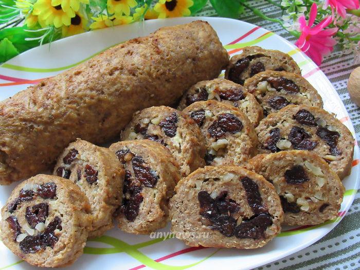 Мясной рулет с черносливом и орехами - рецепт с фото