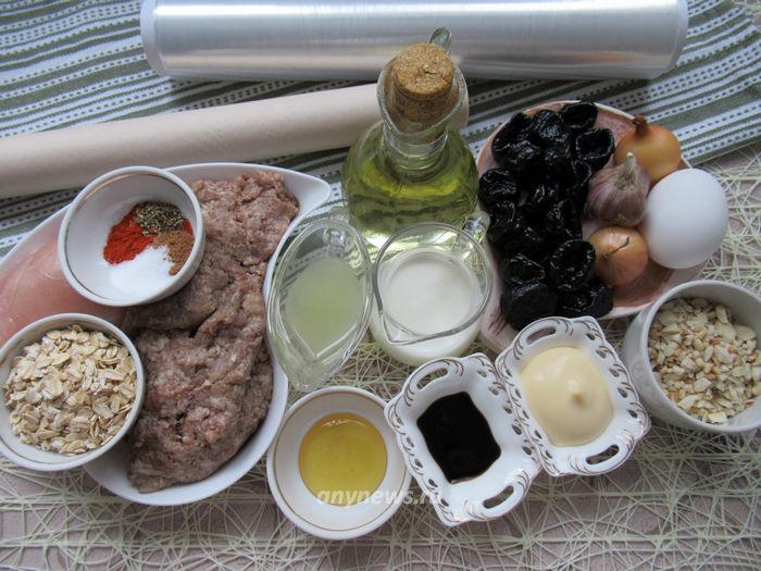 Мясной рулет с черносливом и орехами - ингредиенты