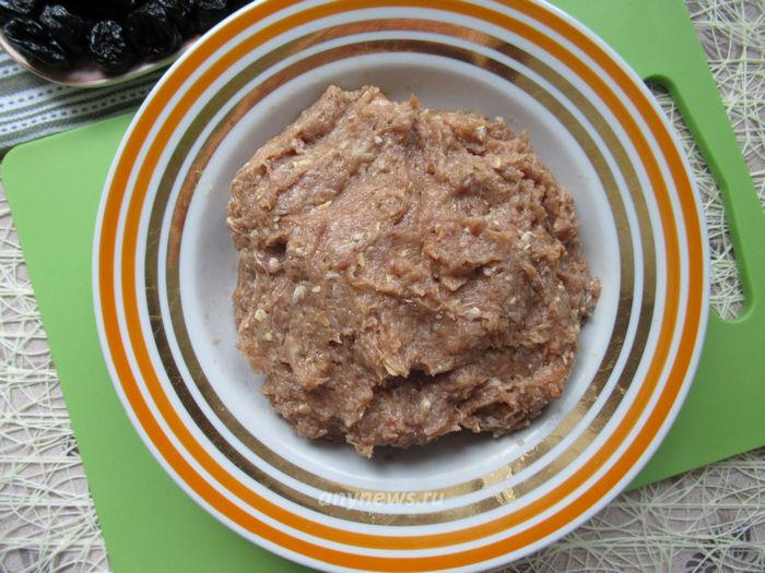 Мясной рулет с черносливом и орехами