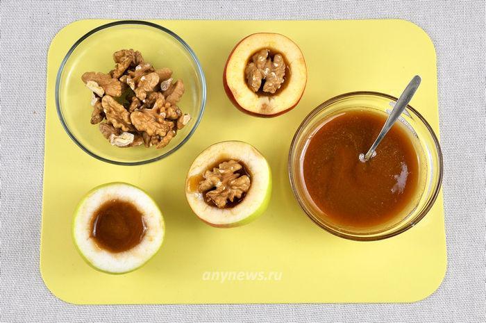 Яблоки запеченные с медом и орехами в духовке