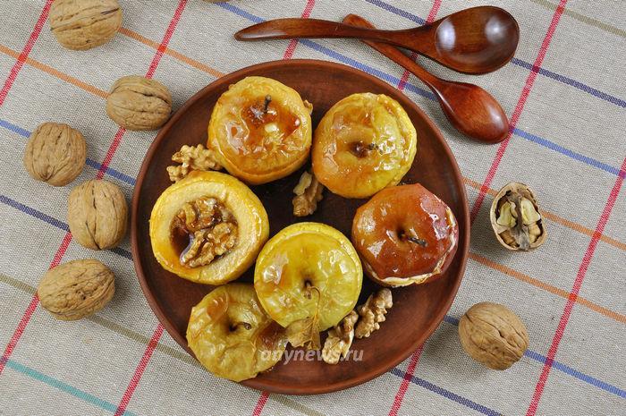 Запеченные яблоки с медом и грецкими орехами в духовке