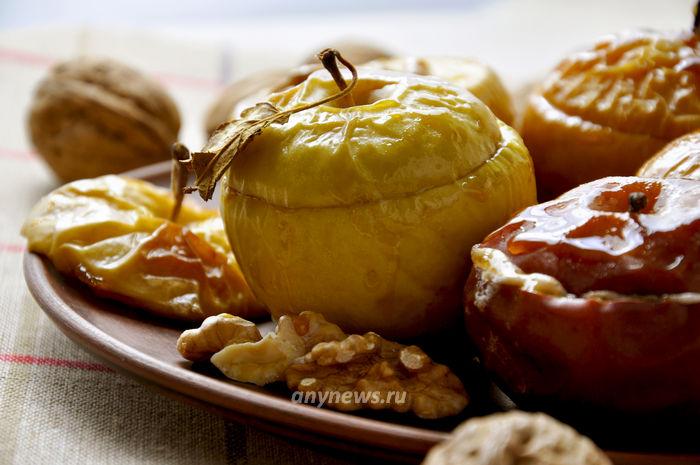 Запеченные яблоки с медом и грецкими орехами