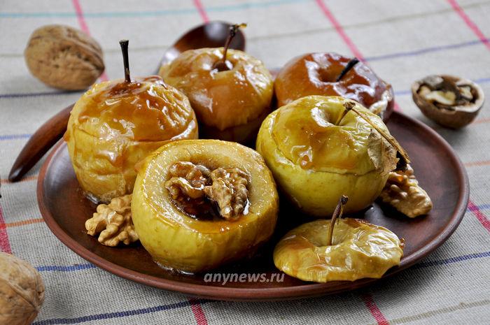 Яблоки запеченные с медом и орехами - рецепт с фото